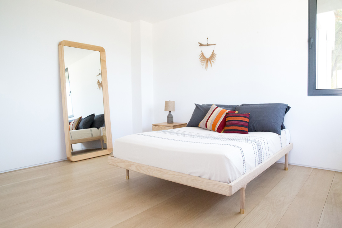 Simple Bed Full, Simple Mirror and Simple Sidetable 'in the wild'
